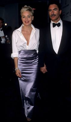 Pin for Later: 30 Iconic Oscars Dresses Worthy of Their Own Award Sharon Stone at the 1998 Academy Awards Sharon stunned fashion observers everywhere when she tucked one of her husband's white Gap shirts into a ball skirt by Vera Wang. Best Oscar Dresses, Oscar Gowns, Sharon Stone, Stunning Dresses, Nice Dresses, Fashion Vestidos, Fishtail Dress, Ball Skirt, Classic White Shirt