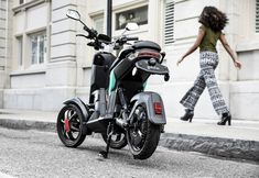 Electric trikes are the new scooters - The Verge Scooters, Le Tricycle, Journal Du Geek, Electric Trike, Third Wheel, Cool Technology, Rues, Motorcycle, Bike