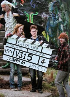 Behind The Scenes Of The Harry Potter Movies - Emma Watson ( Hermione Grenger), Daniel Radcliffe (Harry Potter) and Rupert Grint (Ron Weasley) Harry Potter World, Harry Potter Poster, Photo Harry Potter, Mundo Harry Potter, Theme Harry Potter, Harry Potter Actors, Harry Potter Love, Harry Potter Universal, Harry Potter Images