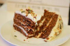 Uno de los pasteles húmedos y jugosos, de los más adictivos y apreciados que conozco, el auténtico Carrot Cake http://www.recetasderechupete.com/tarta-de-zanahoria-carrot-cake/15417/