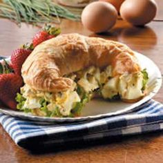 Slow Cooker Recipe for Sriracha-Pineapple Barbecued Chicken Sandwiches with Easy Guacamole from Kalyn's Kitchen Egg Salad Sandwiches, Soup And Sandwich, Wrap Sandwiches, Bacon Sandwiches, Egg Recipes, Cooking Recipes, Healthy Recipes, Bacon Sandwich Recipes, Salsa