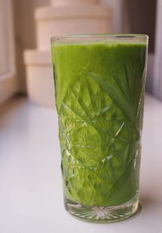 Tässä täydellinen vihersmoothie – todella täyteläinen vitamiinipommi! Healthy Smoothies, Smoothie Recipes, Food N, Food And Drink, Vegan Recipes, Cooking Recipes, Vegan Food, Healthy Vegetables, Greens Recipe