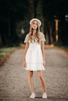 Er du til fine blonder og boheme look? Så er Isolde kjolen lige noget for dig. Den smukke fine blonde kombineret med blondekanterne og 2 lags nederdelen gør kjolen til noget helt specielt. Vi elsker alt ved denne kjole! Blonder, Kjolen, Girls Dresses, Flower Girl Dresses, White Dress, Wedding Dresses, Fashion, Dresses Of Girls, Bride Dresses