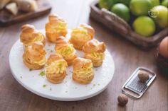 Un'idea sfiziosa o originale per l'antipasto o il buffet? I bignè con crema pasticcera al parmigiano e lime sono la ricetta perfetta!