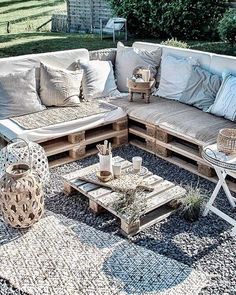 Pallet Balcony Furniture DIY recycled wood pallet balcony furniture ideas - All About Balcony Balcony Furniture, Diy Garden Furniture, Diy Outdoor Furniture, Pallet Furniture, Furniture Decor, Outdoor Decor, Antique Furniture, Furniture Stores, Furniture Plans
