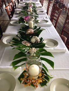 Tropical foliage on table scape - deko bday 30 - Tropical Centerpieces, Tropical Decor, Table Centerpieces, Luau Table Decorations, Havana Nights Party, Birthday Party Tables, 80th Birthday, Tropical Bridal Showers, Tropical Christmas