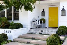 Пластиковые входные двери для частного дома: 70+ стильных и надежных реализаций http://happymodern.ru/plastikovye-vxodnye-dveri-dlya-chastnogo-doma/ Традиционный экстерьер частного дома с особенностью в виде глянцевой пластиковой входной двери насыщенного желтого цвета с надежным замком