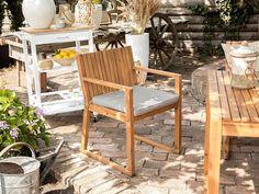 Een moderne, strak vormgegeven tuinstoel in weerbestendig acaciahout met een zitkussen in taupe. Het frame is geheel uit hout geconstrueerd en geeft dit meubel samen met de strakke belijning een zeer modern uiterlijk. Outdoor Seat Pads, Outdoor Seating, Outdoor Chairs, Dining Chairs, Outdoor Dining, Outdoor Furniture Sets, Outdoor Decor, Garden Chair Cushions, Garden Chairs
