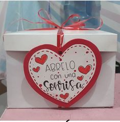 Valentine Gift Baskets, Valentine Gifts, Diy Crafts For Gifts, Paper Crafts, Creative Box, Art Drawings Sketches Simple, Scrapbook Journal, Christmas Crafts, Birthday Gifts