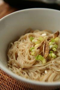 薑香黑麻油拌麵線 Misua, with black sesame oil, chopped ginger and green onion.