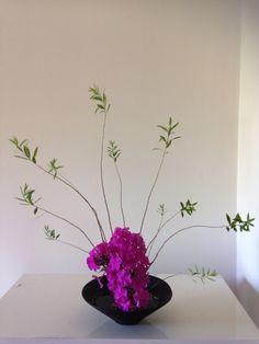Resultado de imagen para ikebana how to Basket Flower Arrangements, Ikebana Flower Arrangement, Flower Vases, Flower Art, Floral Arrangements, Japanese Plants, Japanese Flowers, Ikebana Sogetsu, Asian Design