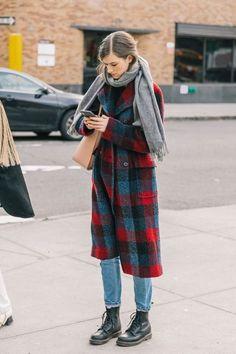 Winter-Street-Style-Outfits, die dich stilvoll und warm halten Karierter roter Mantel + Jeans + Stiefel Source by researchbyanna Look Fashion, Fashion Models, Autumn Fashion, Fashion Trends, Fashion Coat, Winter Street Fashion, Classic Fashion Outfits, Womens Fashion, Japan Winter Fashion