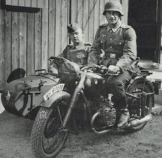 Soldados posando en una motocicleta BMW R 71 con sidecar.