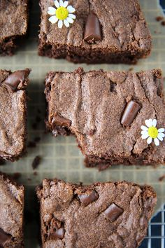 It's made with whole foods, no flour, & bananas and zucchini! A healthy breakfast treat Cassava Recipe, Cassava Flour Recipes, Paleo Dessert, Healthy Sweets, Gluten Free Desserts, Brownie Recipes, Snack Recipes, Dessert Recipes, Paleo Recipes