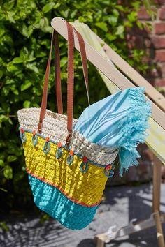 Con muy poco material podrás transformar tu cesta de la playa en un verdadero accesorio de moda. Para ello, ¡solo necesitas unos cuantos minutos!