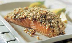 Añade un crujido a tu salmón con una corteza de nogal. Este plato es perfecto para la cena, trate de servir con verduras frescas para un menú completo.