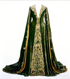 Green velvet dressing gown worn by Vivien Leigh as Scarlett O'Hara in Gone With The Wind, Image courtesy Harry Ransom Center, Austin, TX. Medieval Costume, Medieval Dress, Medieval Fashion, Medieval Clothing, Gypsy Clothing, Scarlett O'hara, Vintage Dresses, Vintage Outfits, Vintage Fashion