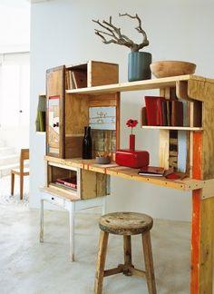 Un bureau à tiroirs et placards fabriqué en planches diverses récupérées