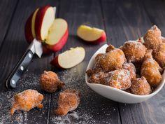 Le frittelle di mele sono un classico della cucina delle nonne. Arricchite con pezzettini di noce sono ancora più buone!