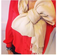 There are so many ways to tie a scarf that you actually wear a the scarf a different way each time. Here are ten scarf ideas to help you switch up your look. Ways To Tie Scarves, Ways To Wear A Scarf, How To Wear Scarves, Southern Fashion, 2014 Fashion Trends, Scarf Tieing, Bow Scarf, Fringe Scarf, Dress Me Up