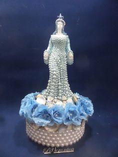Linda imagem de Iemanja.  Voce vai se encantar ...com a rainha do mar.  O vestido é de perolas azuis de diferentes tamanhos.  Na base´foi adicionado ao mar conchas com ´perolas.  Nessa imagem foi acrescentado uma base redonda, que é uma caixa de mdf. Nela foram aplicadas rosas, perolas e conchas.