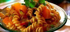 Kerrie Noedelslaai Dit est 'n treffer met enige ete '. Dit is op sy lekkerste ind . Braai Recipes, Beef Recipes, Cooking Recipes, Recipies, South African Dishes, South African Recipes, Ethnic Recipes, Kos, Curry Pasta Salad