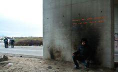 Banksyvient juste de s'inviter à Calais, imaginant quatre nouvelles créations street art en hommageaux migrants.Après avoirutilisé les matériaux de