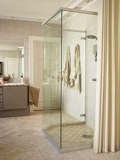 Badet er uvanlig stort, nesten hele 25 kvadratmeter. Rommet på denne siden av forhenget var opprinnelig et soverom. Med gardiner mellom rommene kan man skjerme seg ved behov. Rommet er innredet i duse farger i både fliser og tekstiler, slik at badet får en ekslusiv spa-følelse. Styling: Tone Kroken.