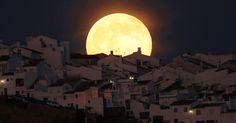 Superlua aparece sobre casas na região de Olvera, que fica na província de Cádis (Espanha). O evento astronômico ocorre quando a lua se aproxima da órbita da Terra, fazendo com que ela pareça maior e mais brilhante que o normal