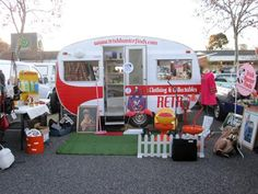 """Mobile vintage shops, Loved the """"yard"""" of this one; there is also a mobile tattoo shop. Old Campers, Vintage Campers Trailers, Retro Campers, Vintage Caravans, Camper Trailers, Mobile Boutique, Mobile Shop, Camper Caravan, Caravan Shop"""
