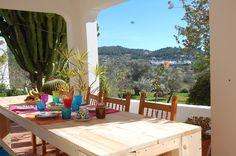 Bed and breakfast Nova Ibiza. Hoe leuk wil je het hebben? Nova Ibiza ligt op een van de heuvels vlakbij het hippiedorpje San Carlos in het noordwesten van Ibiza. Het is een oude traditionele boerderij waar de klassieke elementen nog in terug te vinden zijn. Zo zijn er meerdere stallen en vind je tal van 100 jaar oude olijvenbomen in de tuin.