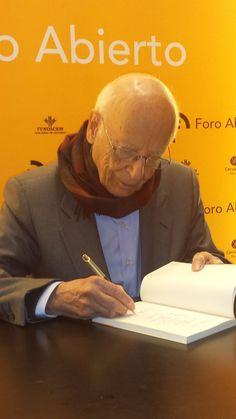 Emilio Lledó firmando ejemplares en la librería