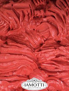 Realizzato con frutta fresca di stagione, la nostra Fragola è il dessert ideale per una fresca merenda estiva.  #gelateriaiamotti #gelato #gelatoartigianale #gelatoitaliano #icecream #dessert #food