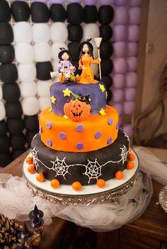 Um bolo de arrepiar... com duas bruxinhas lindas no topo!