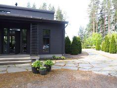Yksi kauneimmista kesähuviloista on tässä – Heli Ingeborg Black Exterior, Exterior Colors, Exterior Design, Dark House, Outdoor Living, Outdoor Decor, Terrace Garden, Log Homes, Pergola