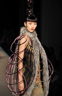 Veste en cuir et fourrure sur une robe longue rebrodée, Jean Paul Gaultier défilé automne hiver 2008/2009