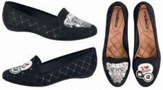 A Moleca, que sempre desenvolve modelos ultrafocados na moda urbana, traz mais uma novidade deliciosa para as mulheres brasileiras: os calçados desiguais! http://nathy.com.br/2014/03/28/moleca-lanca-slippers-que-trazem-desenhos-diferentes-em-cada-pe/