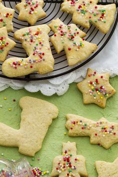 I befanini (Befana cookies) sono deliziosi biscotti aromatizzati al rum, tipici della tradizione toscana, che vengono preparati per la festa della #Befana. #ricetta #GialloZafferano #Natale Christmas http://speciali.giallozafferano.it/biscotti-di-Natale