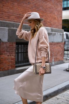 Oh this stylish look for spring autumn in cream color with knit and slip skirt and hat Silk Satin Dress, Satin Midi Skirt, Silk Slip, Satin Dresses, Skirt Outfits, Casual Outfits, Fashion Outfits, Dress Skirt, Long Silk Skirt
