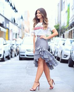 Rock Tricolor skirt with T-shirt by Nózinho ♥ ️ Alles ™ … – Casual Dress Outfits Skirt Outfits, Chic Outfits, Dress Skirt, Dress Up, Ruffle Skirt, Midi Skirt, Look Fashion, Girl Fashion, Fashion Dresses