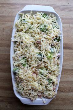 Enkel skinkegrateng med pasta og brokkoli - LINDASTUHAUG Caesar Pasta Salads, Caesar Salad, Linguine, I Want To Eat, Meatloaf, Feta, Broccoli, Cabbage, Bacon
