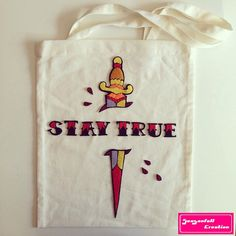 Tote Bag Stay True par Seasonfall sur Etsy #tattoo#staytrue#staytruetattoo#letteringtattoo#lettering#tatuagem#tatuaje#tatouage#dagger#daggertattoo#inked#ink#tattooflash#oldschool#oldschooltattoo#traditionaltattoo#tatuajetraditional