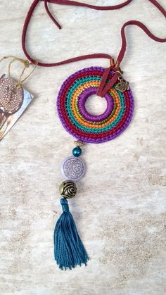 Piece made of cotton yarn, felt, leather, stones and metals. Crochet Jewelry Patterns, Crochet Accessories, Love Crochet, Bead Crochet, Crochet Bracelet, Crochet Earrings, Crochet Decoration, Crochet Ornaments, Mode Blog