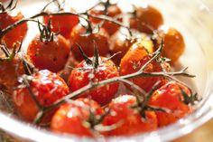 tomates cerises en grappe confites à l'huile d'olive, au vinaigre balsamique, sel, sucre et herbes de provence, le tout cuit au four 50 min