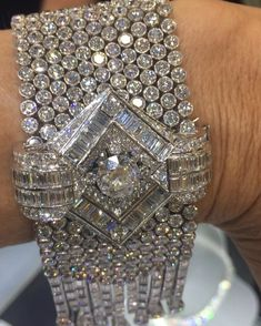 THEY JUST DON'T MAKE THEM LILE THIS ANY MORE!!! MY HEART SKIPPED A BEAT WHEN I SAW THIS @hancocks_london 70 CARAT DECO BEAUTY!!! Circa 1950's.... 70 carats of pure sparkle! Lovely to meet you @hancocks_london ✨✨⚡️⭐️✨✨⭐️⭐️⚡️⚡️