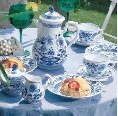 Juego de Café Hutschenreuther de 6 servicios y  21 piezas en porcelana apta para lavavajillas y microondas compuesto por: 6 tazas con 6 platos de café, 6 platos de postre, 1 cafetera, 1 lechera y 1 azucarero. El decorado Blau se inspira en las pinturas Kakimon que relatan ancestrales leyendas del antiguo Japón.