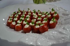 Sugestão de entrada: Tomate Cereja recheado com queijo e decorada com ervas aromáticas