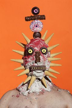 In order to ask people to refrain eating junk food, a British artist James Ostrer created monstrous portraits. Models are covered in unhealthy junk food, such as chips, burgers, and ketchup. Human Sculpture, Food Sculpture, Sculptures, Junk Food, Donuts, Creepy Photos, Wow Art, Food Design, Arts And Crafts