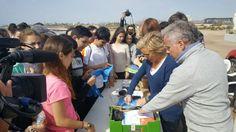 Alumnos del IES Europa ayudan a limpiar la playa de la Casica Verde en Águilas