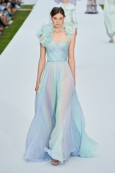 Ralph and Russo Fall Winter 2019 Haute Couture fashion show at Paris Couture Week (July Haute Couture Dresses, Haute Couture Fashion, Couture Week, Ralph & Russo, Fashion Show Collection, Couture Collection, Fashion 2020, Runway Fashion, Pretty Dresses